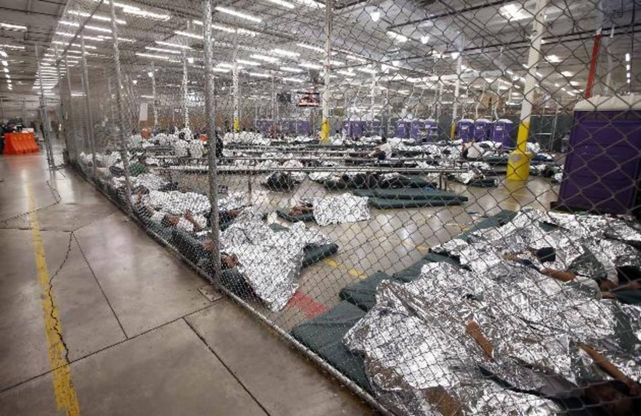 Albergue de niños migrantes. Ya suman unos 52 mil los menores detenidos que han cruzado la frontera en los últimos 9 meses. Foto edh / ap