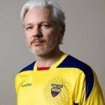 Julián Assange se pone la camiseta de Ecuador