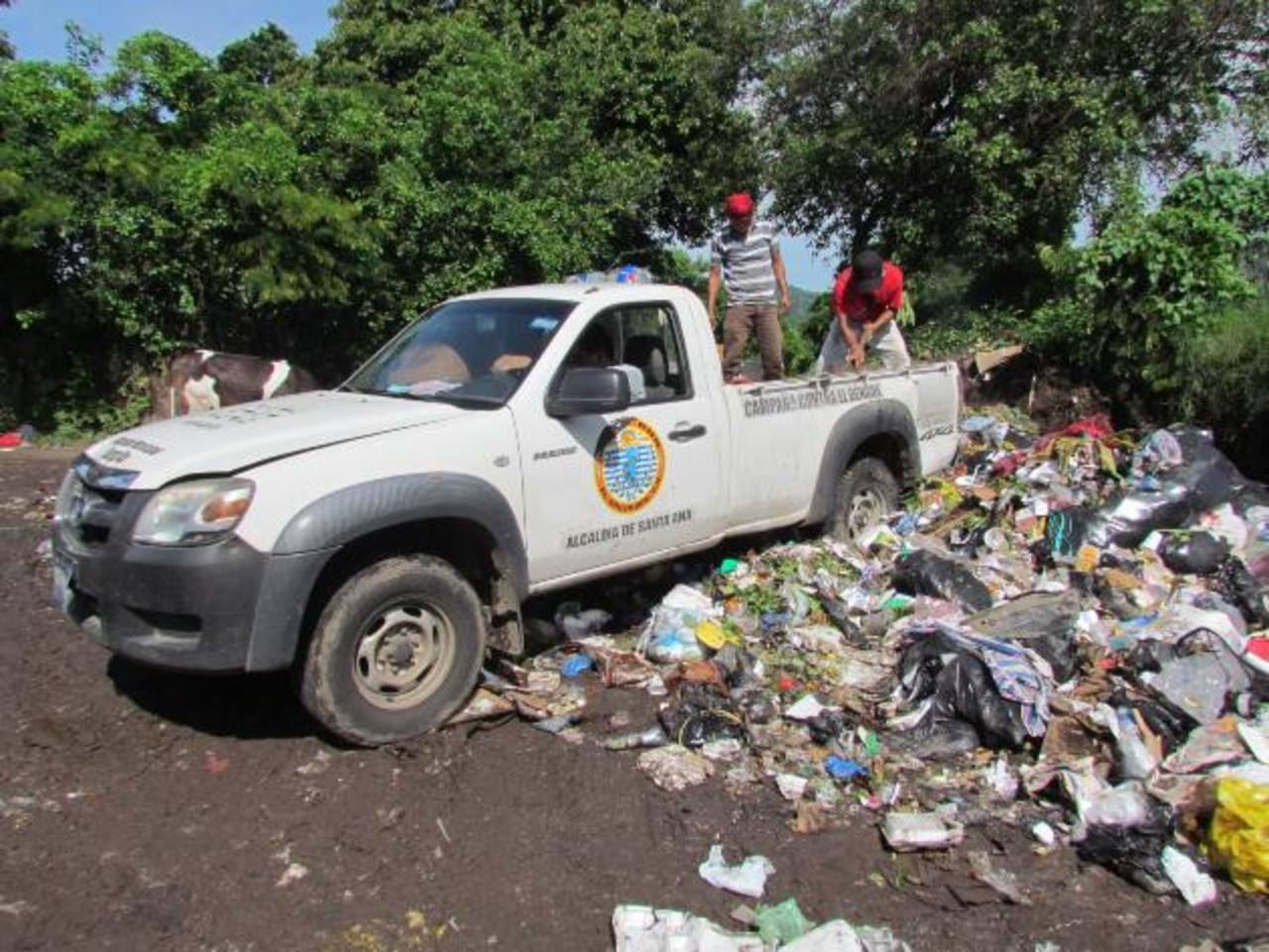La alcaldía podría contratar más vehículos este día para la recolección de basura, en caso que los huelguistas continúen la paralización de labores. Foto EDH / MAURICIO GUEVARA