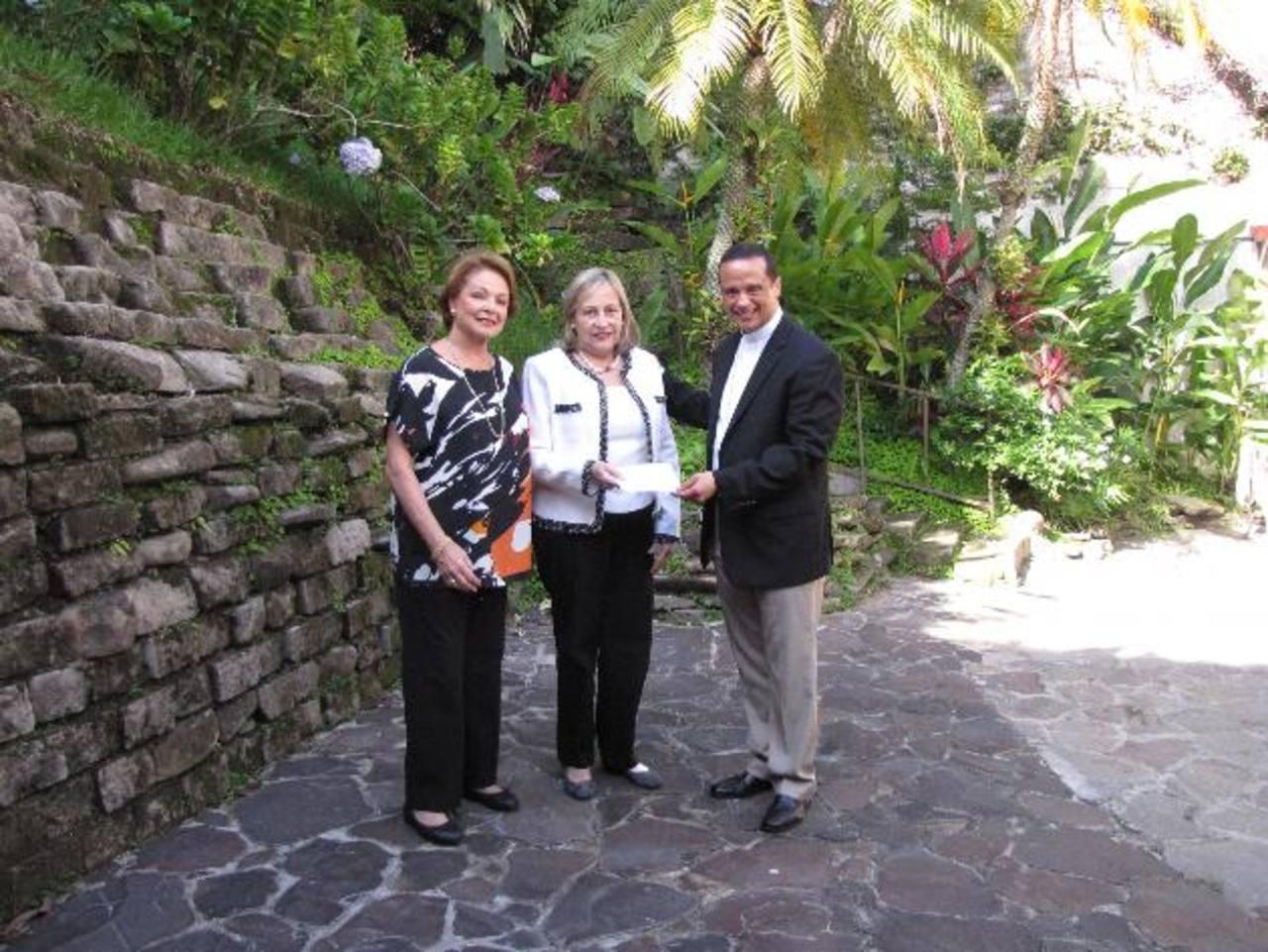 Florence Mathies, del Comité de Recaudación; Mabel de Serarols, ganadora; y monseñor Fabio Colindres, Obispo Castrense.