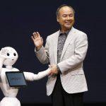 """El presidente ejecutivo y presidente de SoftBank, Masayoshi Son, interactúa con el robot """"Pepper"""" . Foto EDH/reuters"""