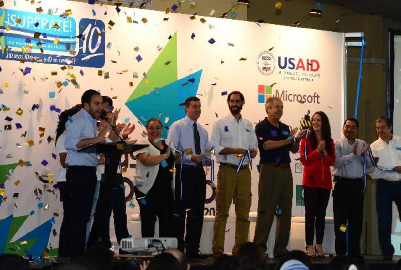 Miembros de la junta directiva del programa, representantes de Microsoft y de la Agencia de los Estados Unidos para el Desarrollo Internacional (USAID), realizaron un corte de cinta para inaugurar las actividades conmemorativas de su décimo aniversar