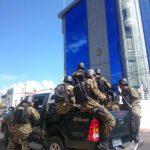 En los alrededores de la Fiscalía han llegado vehículos militares con soldados.