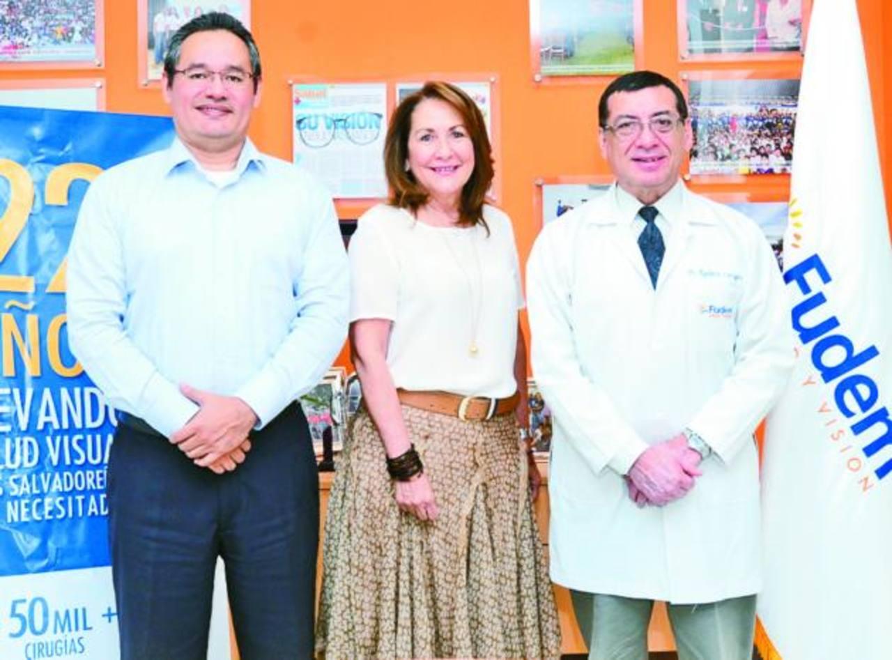 Edgardo Amaya, Director Ejecutivo, Carmen Elena de Palomo, Presidenta de Fudem y Rigoberto Cartagena, Gerente Médico. Foto EDH / Omar carbonero