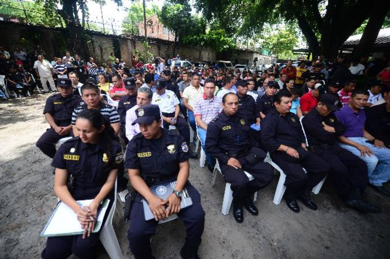 Autoridades de Seguridad y la Policía se reunieron ayer con policías interesados en ascender al grado de cabo, para explicarles las limitantes en la designación de plazas. Foto EDH /R. Quintanilla