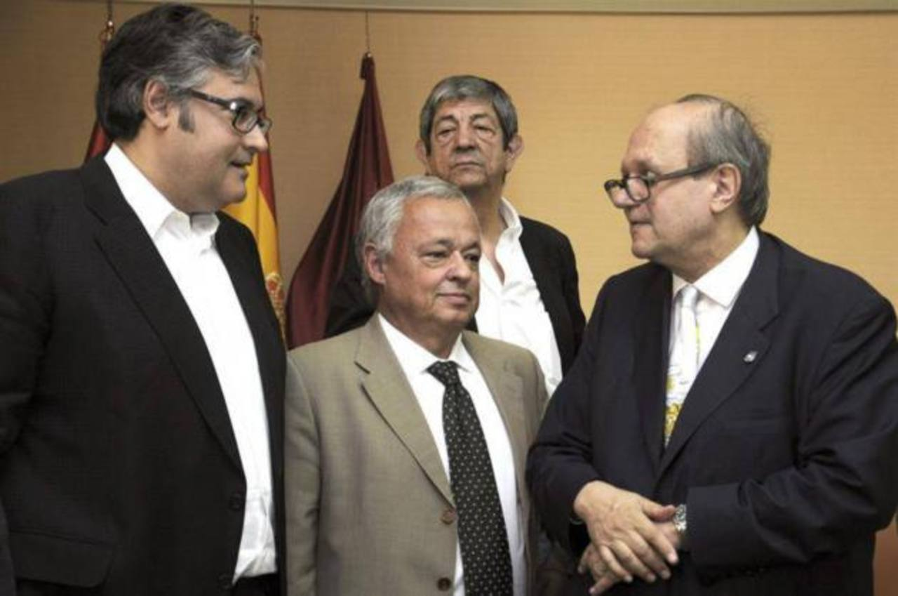 Escritores Juan Manuel de Prada (izq), Gonzalo Santonja (c) y Pere Gimferrer (der), parte del jurado.