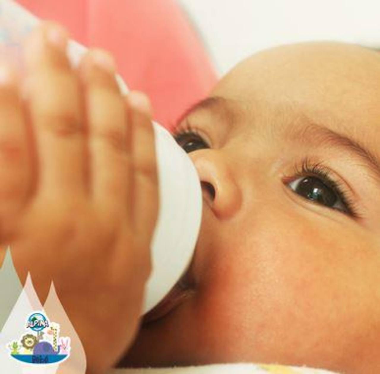 Alpina destaca beneficios de su agua para bebés