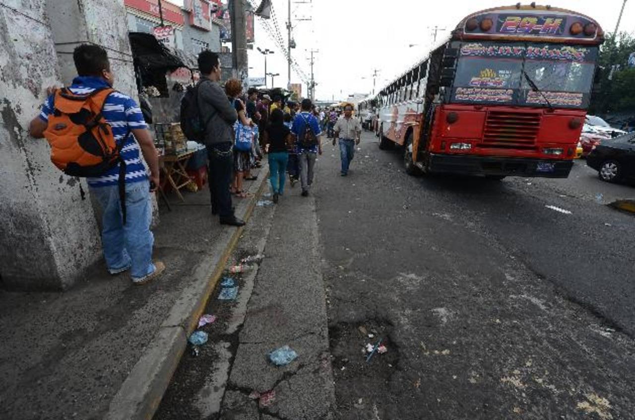 Pánico y caos vial provocó ayer un ataque armado contra un vendedor ambulante en Soyapango. Foto EDH / Jaime Anaya