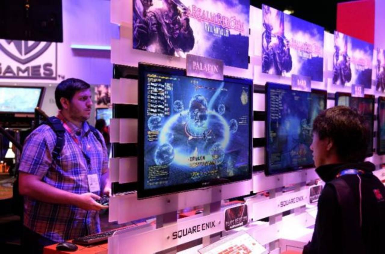 Visitantes prueban los videojuegos que se exhiben.