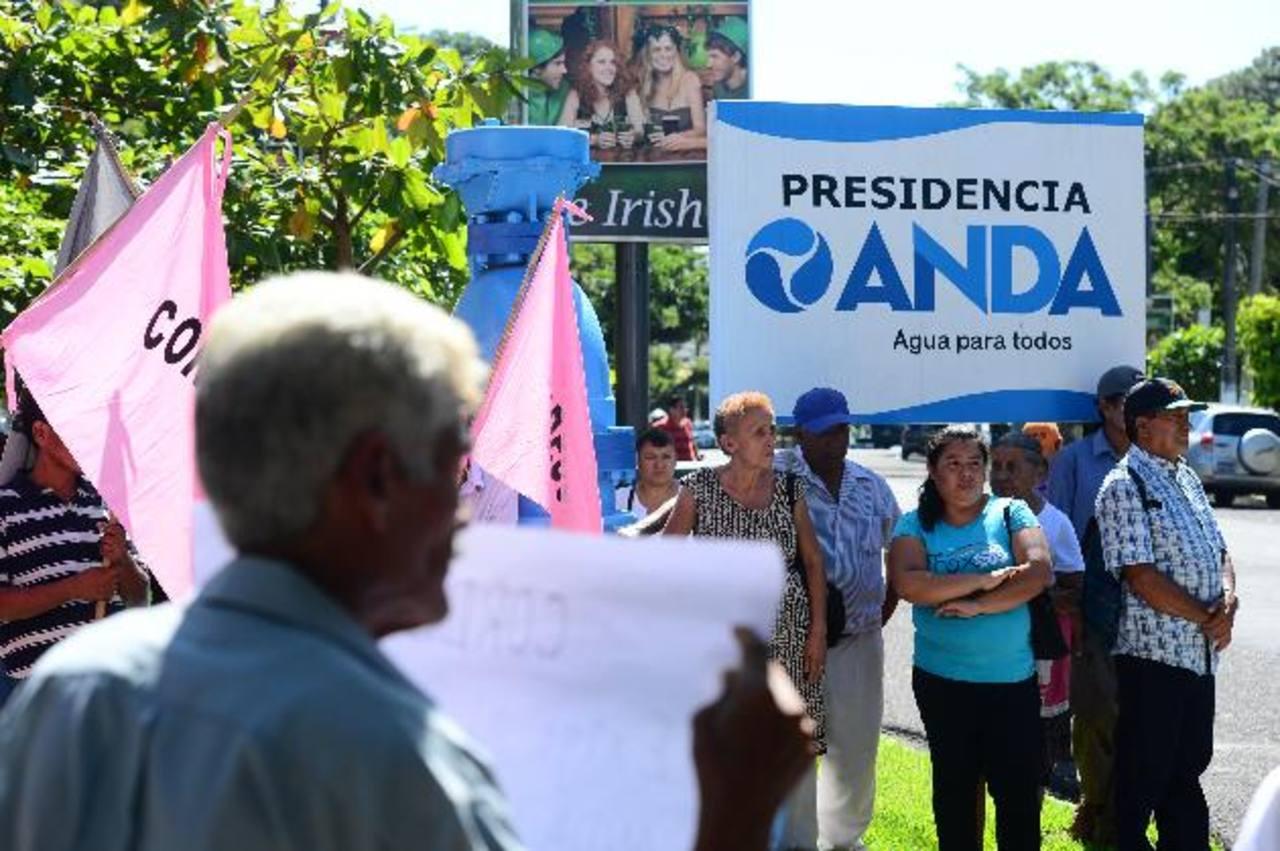 Los líderes comunales esperaban que los recibiera Marco Fortín. Foto edh / René Quintanilla
