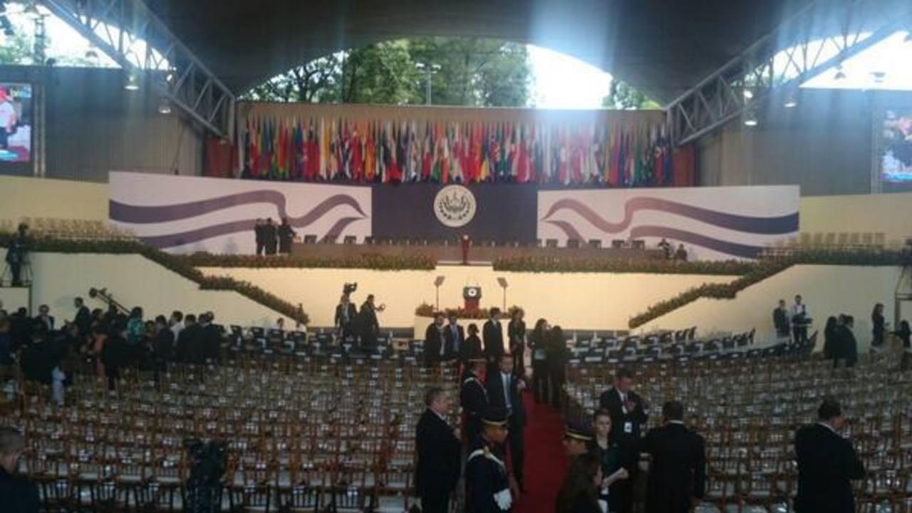 Los invitados al evento empiezan a llegar al CIFCO.
