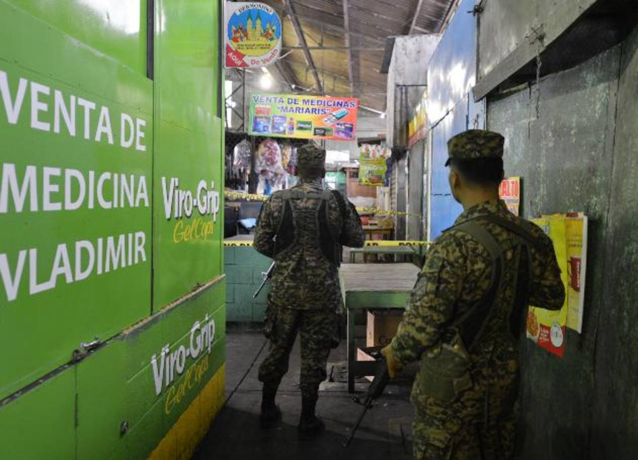 El atentado contra el policía fue pasadas las 11:00 a.m. La actividad comercial fue interrumpida. Foto EDH / Douglas Urquilla