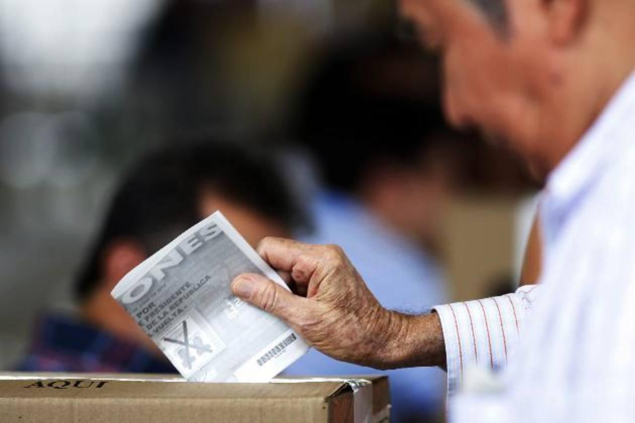 Cierran centros de votación en Colombia tras jornada electoral muy disputada