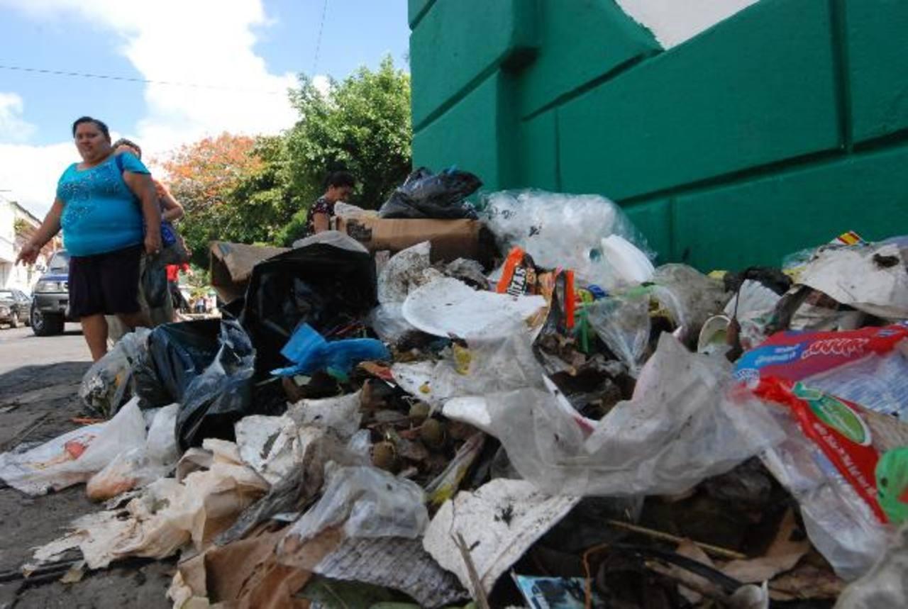 Basura acumulada aún ayer entre la Calle Libertad y 8a. Avenida Sur. Foto EDH / CRISTIAN DÍAZ