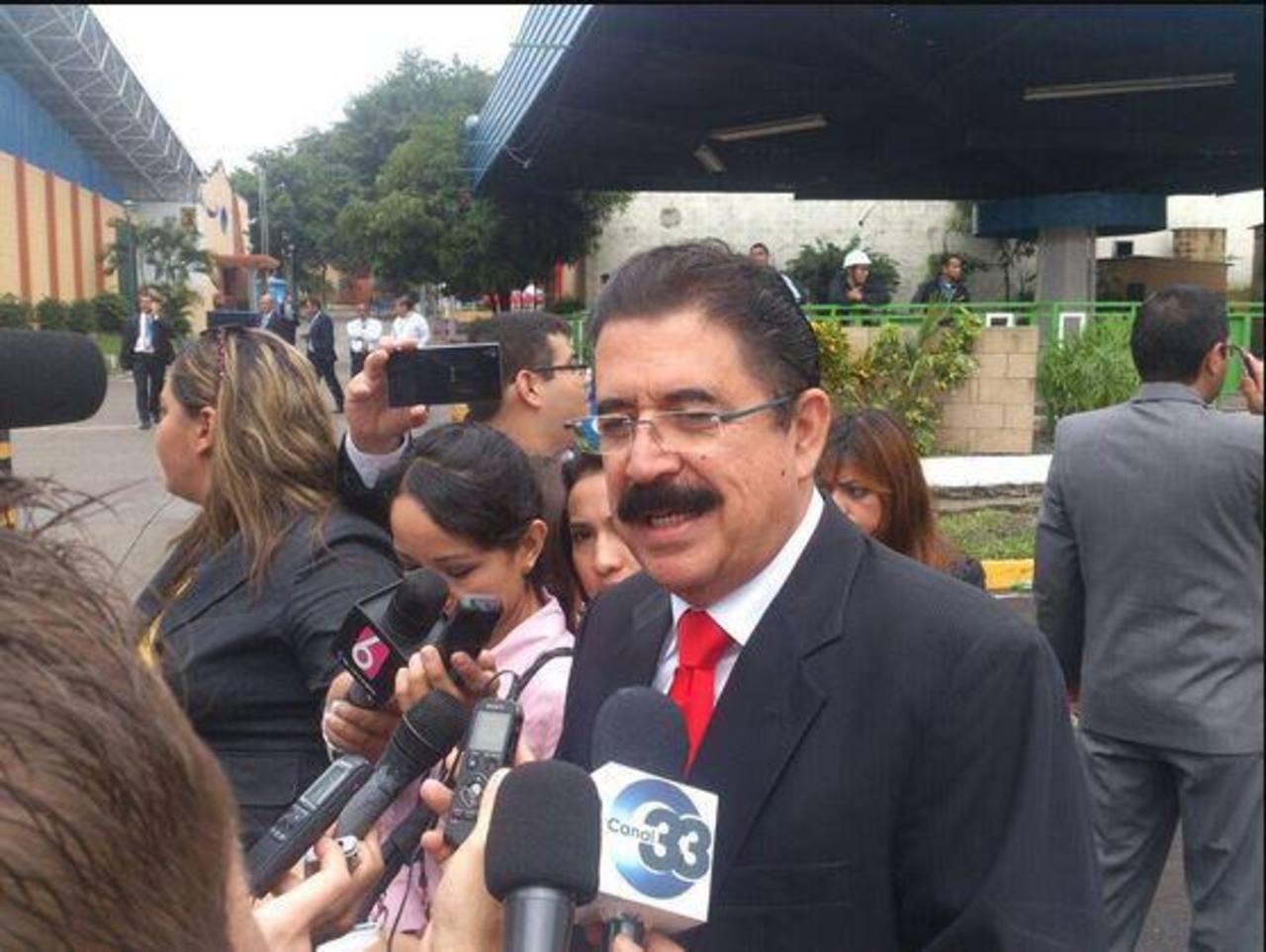 Funcionarios e invitados llegan a la toma de posesión de Sánchez Cerén
