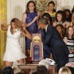 Video: Barack Obama auxilió a una jugadora de baloncesto en problemas