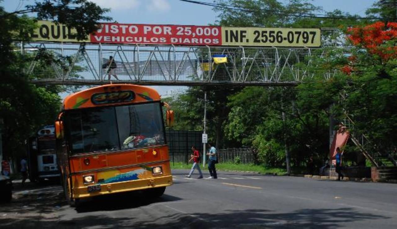 Por el momento, alumnos cruzan de forma imprudente la vía internacional, pese a haber pasarela. foto edh /L. Quintanilla