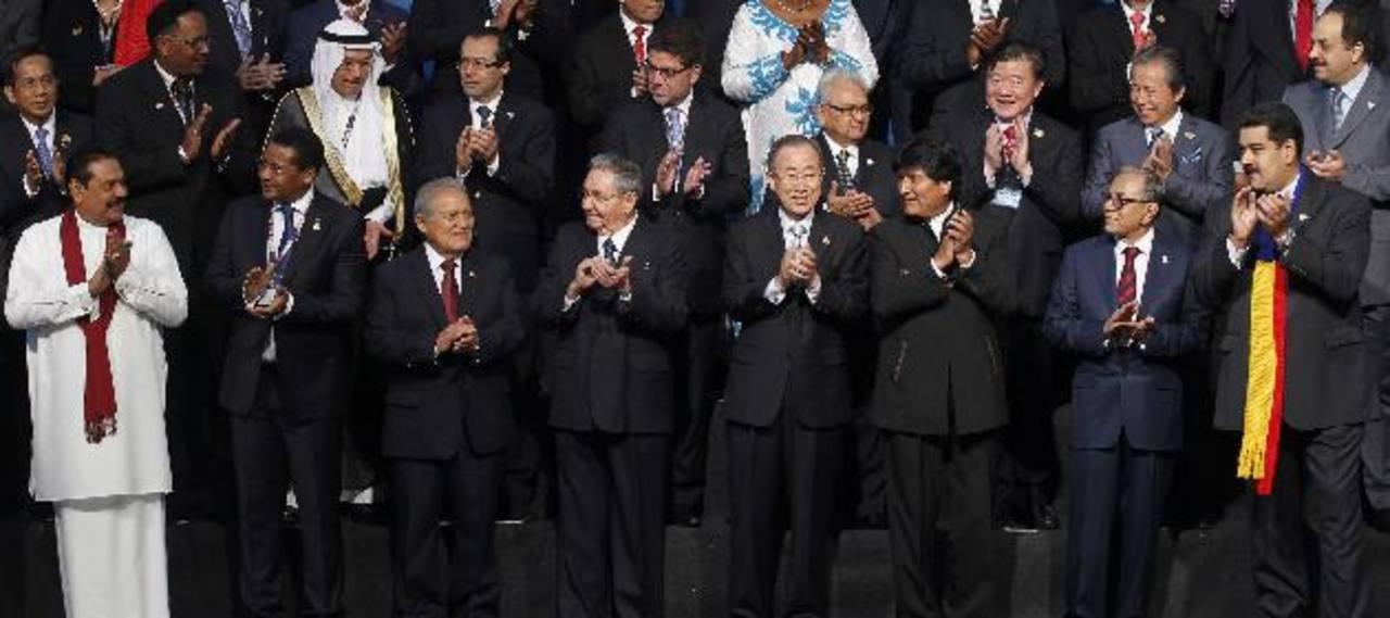 El presidente Salvador Sánchez Cerén junto a su homólogo cubano Raúl Castro, el secretario general de la ONU Ban Ki-moon y otros mandatarios en la cumbre del G-77+China. foto edh / REUTERSJefes de Estado y representantes de más de un centenar de país