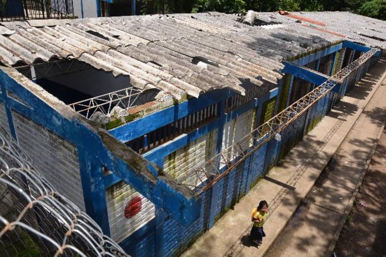 El nivel de deterioro de los techos es evidente en la escuela santaneca. Foto EDH / CRISTIAN DÍAZ