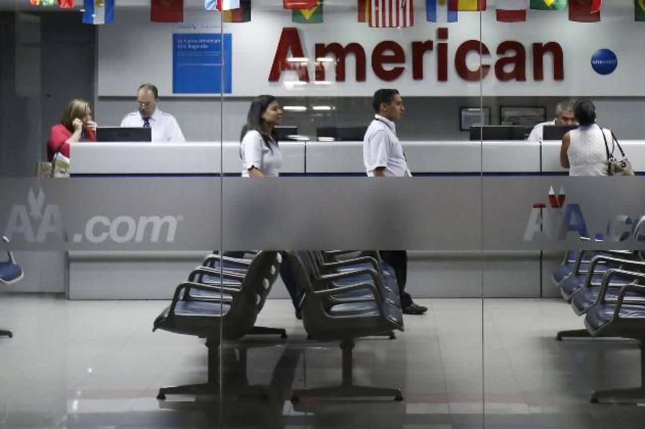 Empleados de la aerolínea atendían ayer a clientes en las oficinas que tiene la compañía en Caracas. foto edh / REUTERS