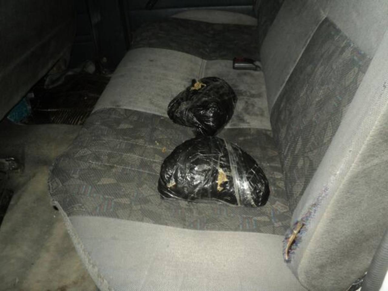 La droga iba empacada en plástico negro y cinta adhesiva. Era llevada en la parte de atrás del carro. Según las autoridades, su peso es de tres libras y en la prueba de campo dio marihuana.