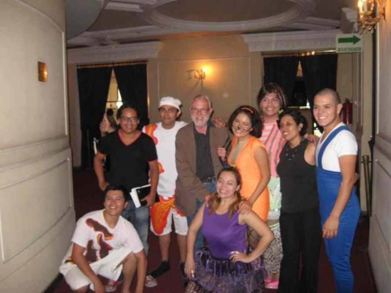 Director y personajes de la obra. Foto EDH/Facebook TN