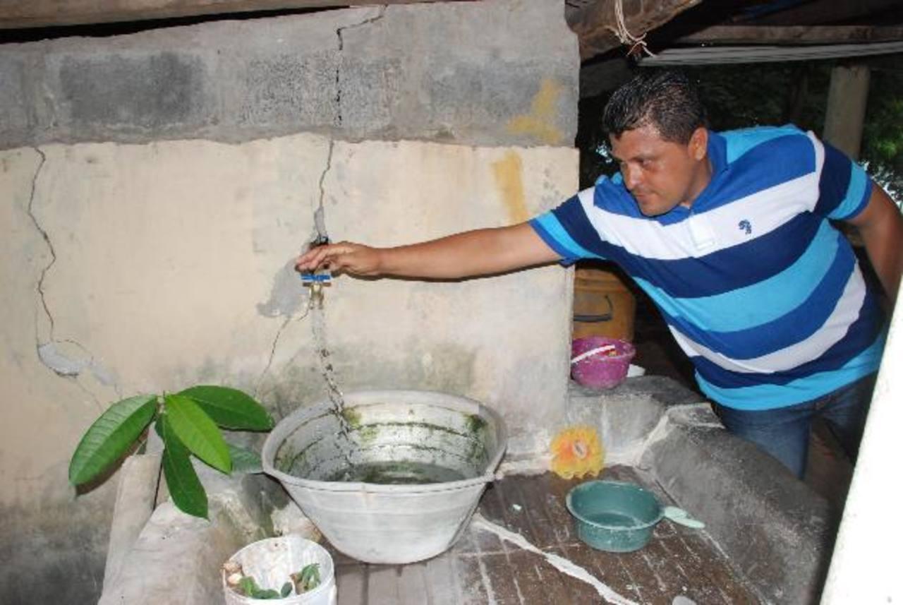 Los vecinos hicieron el esfuerzo para cambiar todo el sistema de tuberías de la comunidad. Foto EDH /insy mendoza