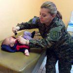 Una doctora del Hospital Militar evalúa a un niño.