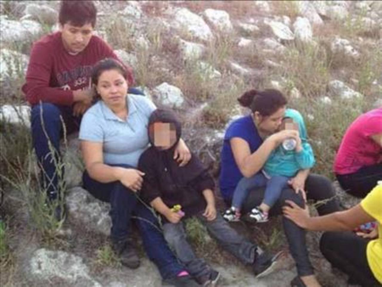Parte del grupo de indocumetados salvadoreños que cruzó la frontera en Texas. foto edh / tomada de @MaryMurrayNBC