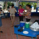 Las madres preparan bocadillos para vender dentro de la misma escuela y así recaudar fondos. foto edh / insy mendoza