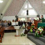 Familiares y amigos recordaron el pensamiento del Dr. Rodríguez Porth con una misa en la capilla de la colonia San Benito. foto edh / JULIO CÉSAR AVILÉS