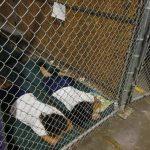 Dos menores descansan en una celda dentro del Centro de Matrícula de Aduanas en Nogales, Arizona. Foto EDH / REUTERS