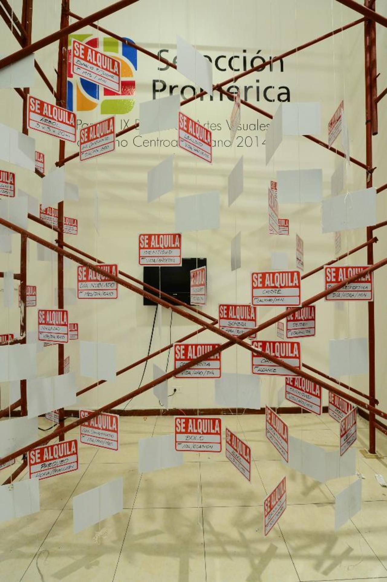 Karen Estrada participa con esta instalación. Las obras hablan de preocupaciones sociales. fotos edh/ omar carbonero