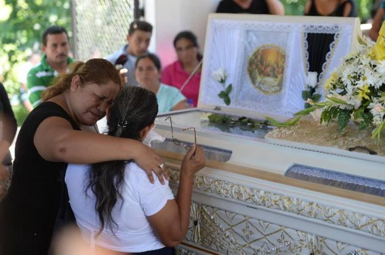 Dan el último adiós a los restos del joven Arnoldo Ayala, asesinado el miércoles cuando iba a estudiar. Foto EDH / Marlon Hernández