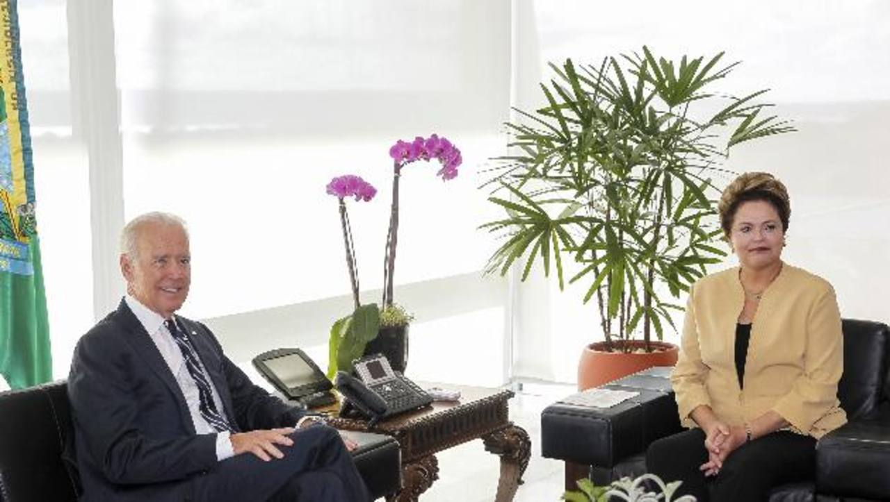 El vicepresidente de EE. UU., Joe Biden, junto a la mandataria de Brasil, Dilma Rousseff, ayer en Brasilia. foto edh/ reuters
