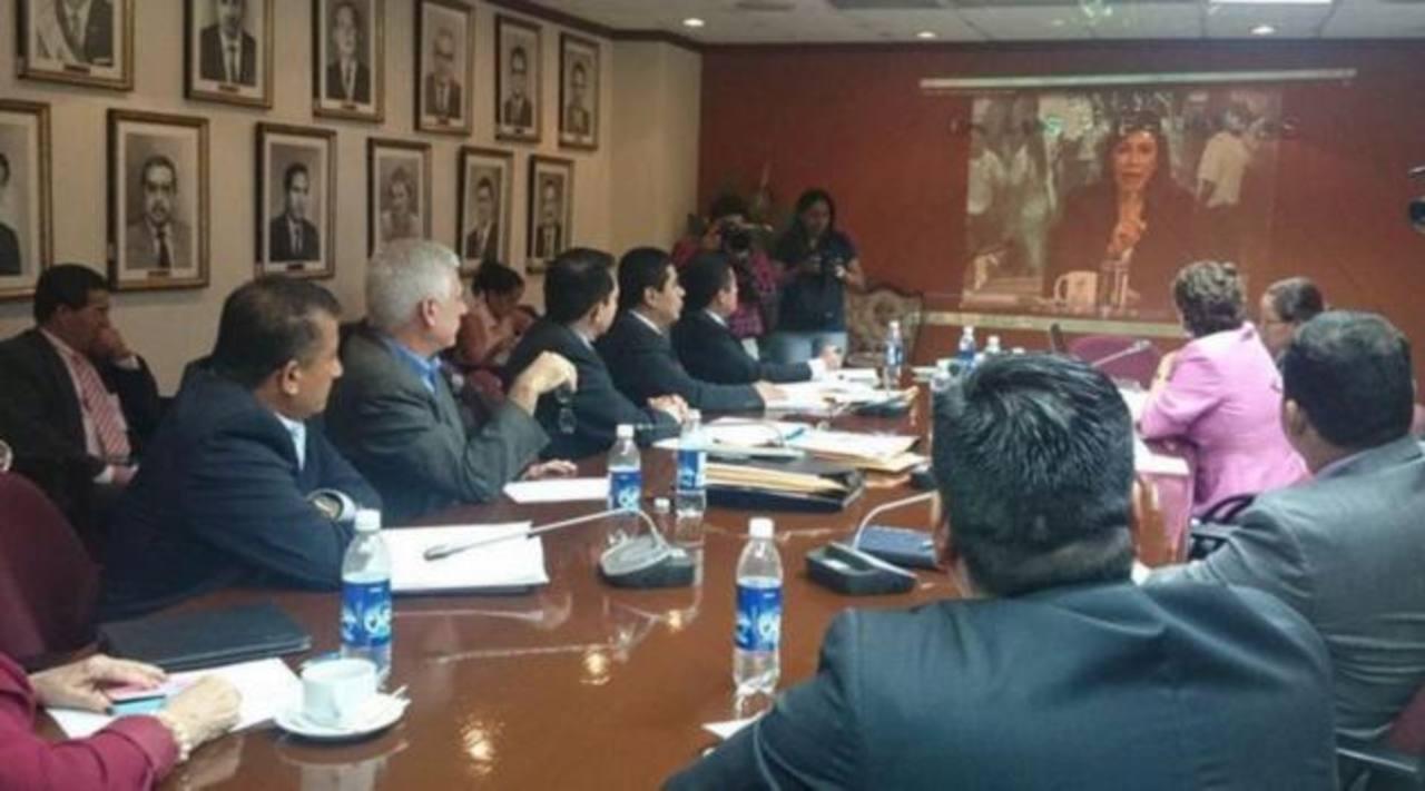 La comisión de antejuicio contra la diputada de Arena, Ana Vilma de Escobar, analiza alegatos del caso.