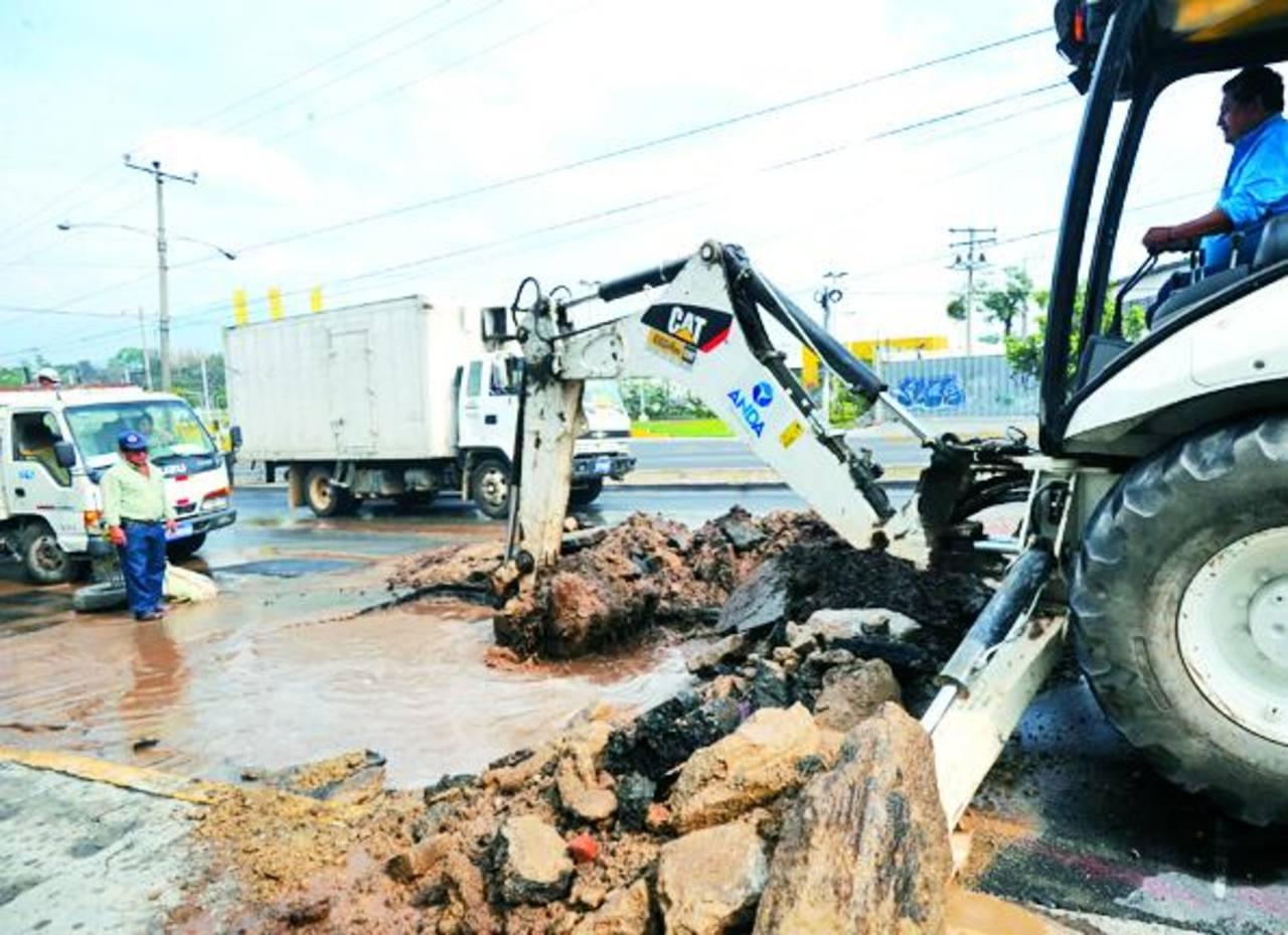La autónoma realiza 125 reparaciones diarias por fugas que causan las raíces de árboles u otras razones. Foto EDH / archivo