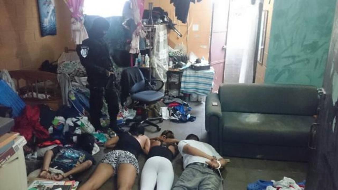 Policía retuvo a unos cinco sujetos como sospechosos luego de un tiroteo registrado cerca del parque Centenario, en San Salvador. Foto EDH / René Estrada.