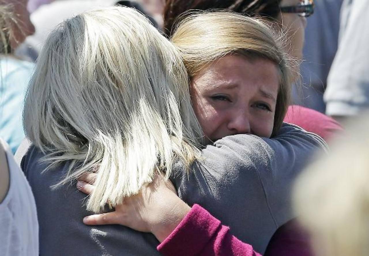 Una estudiante llora conmocionada en el hombro de su madre, luego del tiroteo en una escuela de Oregon. foto edh / AP