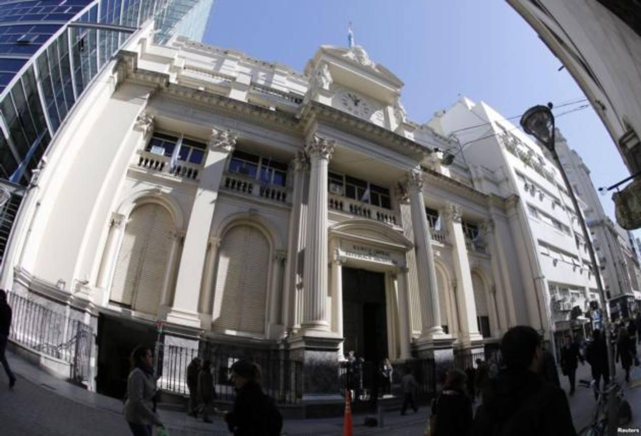 Las consecuencias de cambiar las reglas del juego financiero, como lo hizo Argentina en diciembre de 2001, deben encararlas ahora. En la foto, la sede del Banco Central de la República Argentina. Foto EDH / Archivo