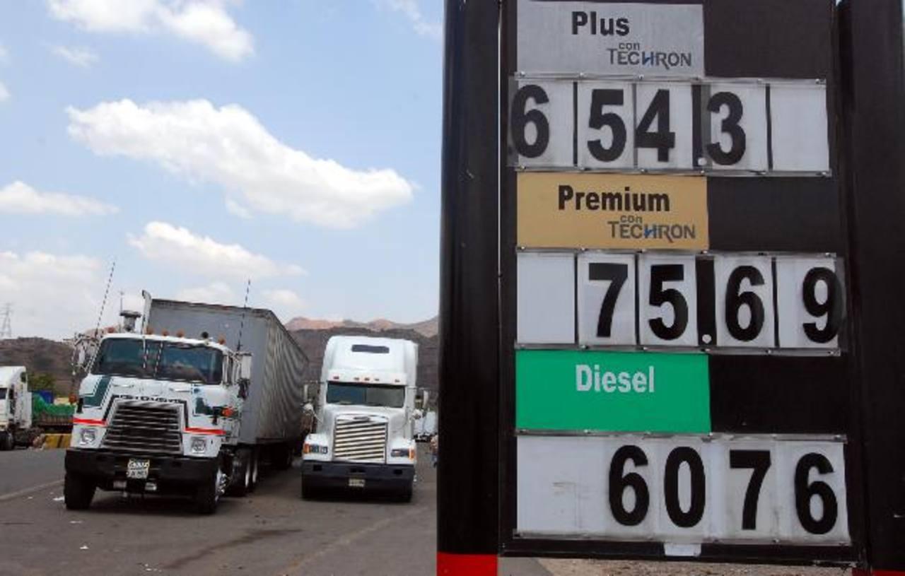 El precio del combustible alcanzó los $5 por galón.