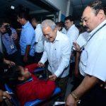 El Presidente de la República, Salvador Sánchez Cerén, habla con una paciente, en su visita al hospital Rosales. Foto EDH / ARCHIVO