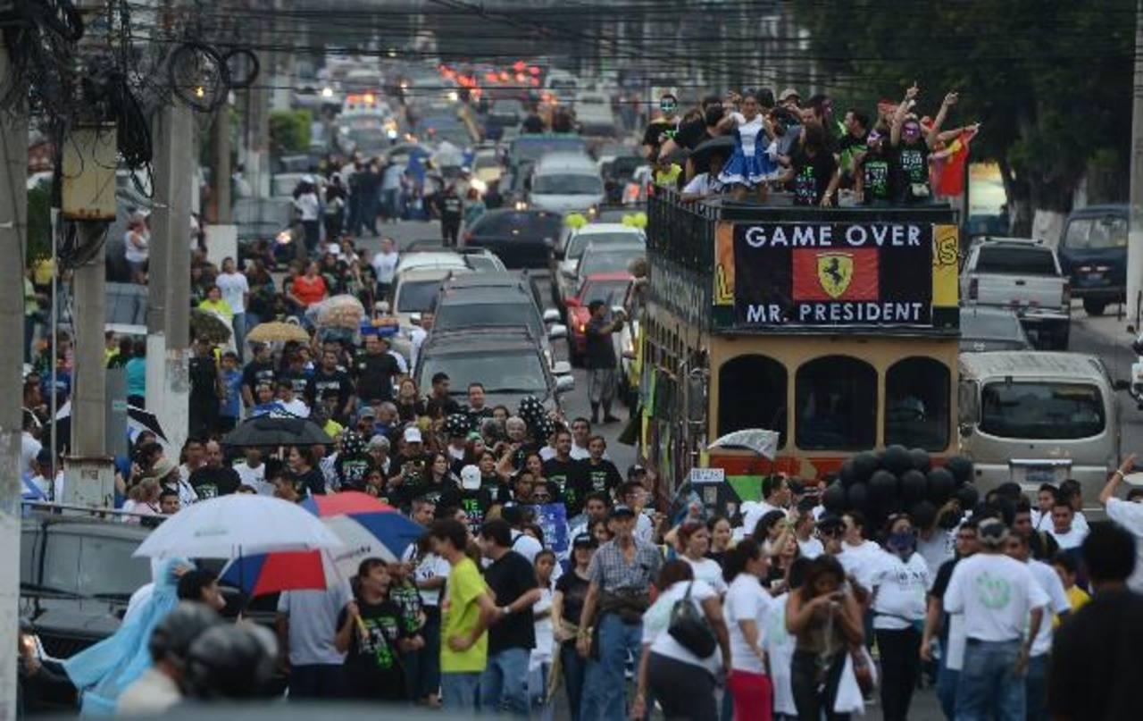 Centenares de salvadoreños participaron en el show bufo celebrando el fin del periodo presidencial de Mauricio Funes.