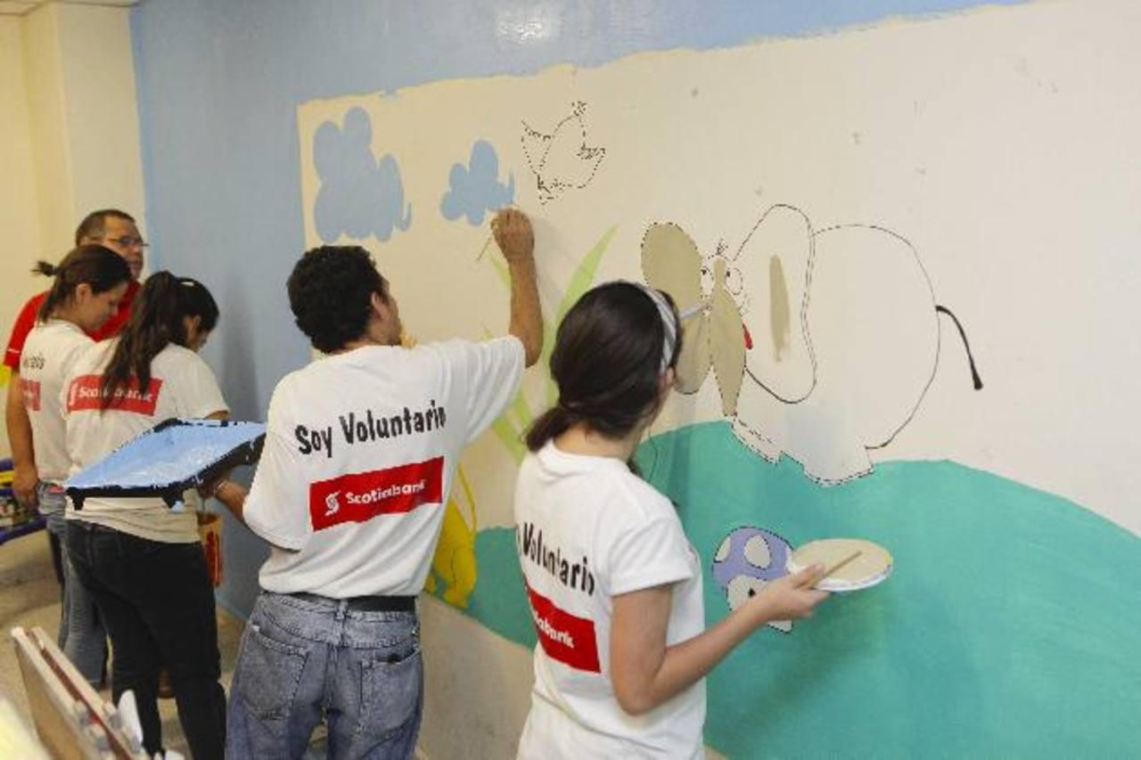 Voluntarios pintan mural en la Unidad de Salud Mental del Hospital San Rafael. FOTO EDH / Cortesía