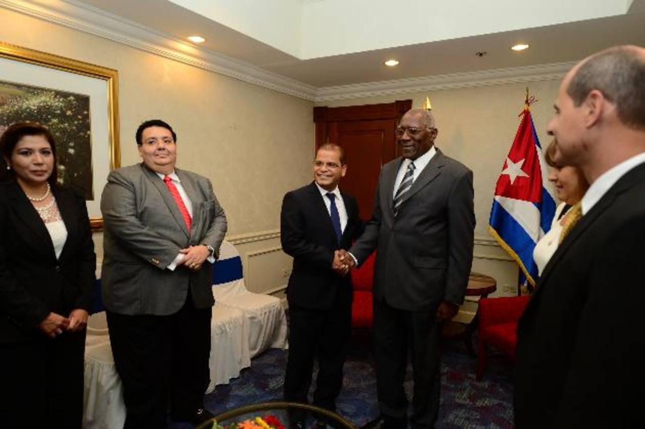 El vicepresidente electo, Óscar Ortiz (tercero de la izquierda), saluda al vicepresidente de Cuba, Salvador Antonio Valdés. Foto EDH / OMAR CARBONERO