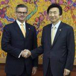 El ministro de Exteriores surcoreano, Yun Byung-se (d), junto a su homólogo costarricense, Manuel A. González-Sanz (i), en Seúl, Corea del Sur.