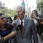 El mediador judicial Daniel Pollack habla con periodistas en Nueva York.