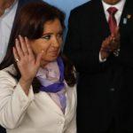 La presidenta argentina, Cristina Fernández, saluda mientras se dirige a una sesión de fotos en la 6a. reunión de los países BRICS y de Unasur, este miércoles 16, en Brasilia.