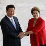 La presidenta brasileña Dilma Rousseff (R) saluda al Presidente de China, Xi Jinping, en la visita que hoy se efectuó.