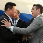 El empresario chino Wang Jing (i), dueño del HKND Group, concesionario del Canal interoceánico por Nicaragua, mientras es recibido por directivo de la Agencia Oficial de Promoción de Inversiones y Exportaciones de Nicaragua (ProNicaragua), Laureano O